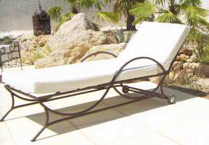 Bain de soleilune place Tout en fer forgé patine brune Matelas mousse déhoussable écrue Etoffera avec sobriété vos espace piscine terrasse ou jardin , vérandas