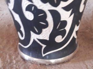 Vue du vase ciselé noir blanc