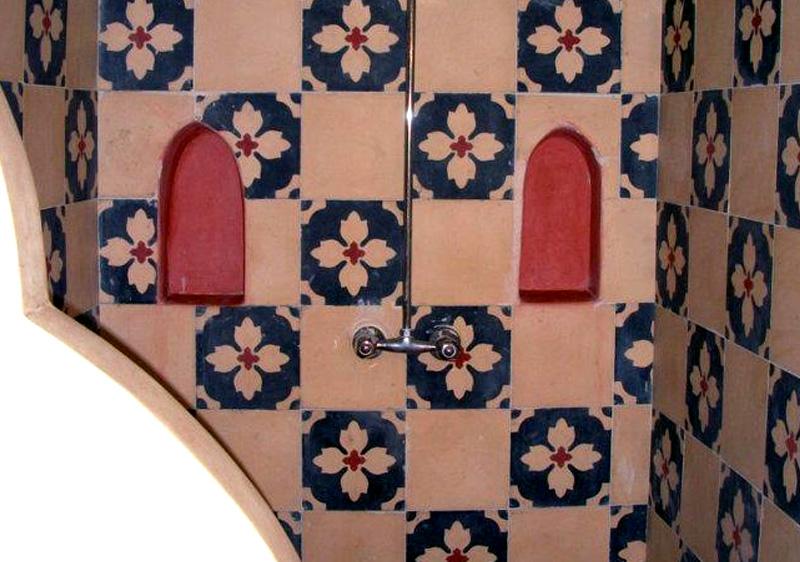 déco de salle de bain orientale - revêtement mural mosaïques marocaines