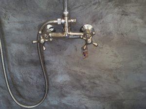 robinet et mitigeur argenté déco salle de bain marocaine