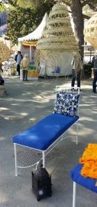 chaise longue en fer forgé ouvragé au dossier peint Chaise longue de couleurs blanche coussin et matelas fournis