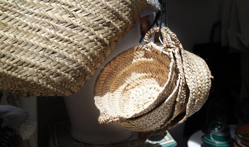 Panier tressé de faon artisanal osier personnalisé accessoire indispensable cet été sur la plage au marché