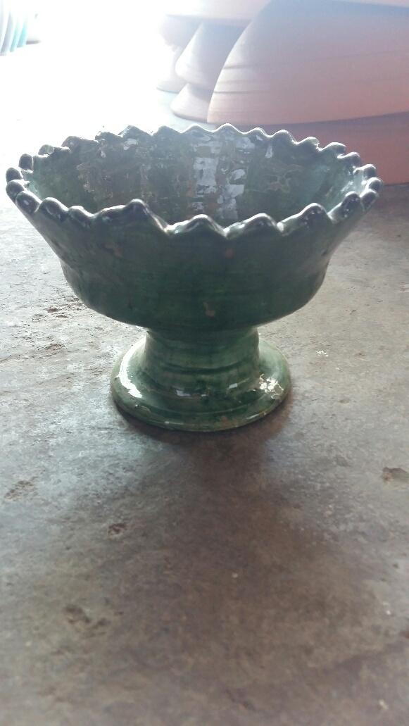 Saladier dentelé sur pied vernissé vert