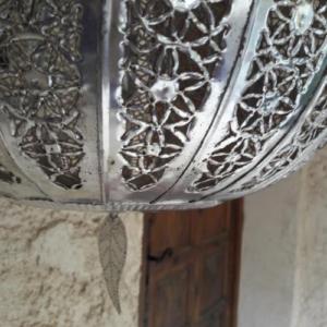 Suspension en métal argenté ciselé
